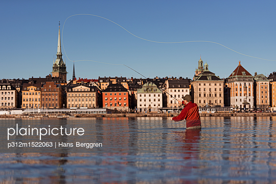 plainpicture | Photo library for authentic images - plainpicture p312m1522063 - Man fishing in city - plainpicture/Johner/Hans Berggren