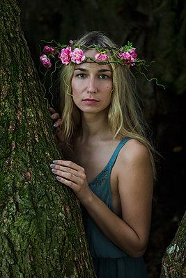 Wunderschöne Frau im Baumstamm - p045m2004991 von Jasmin Sander