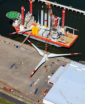 Offshore wind turbine wings - p1120m1004292 by Siebe Swart