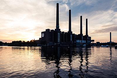 VW Fabrik bei Sonnenuntergang - p354m1467171 von Andreas Süss