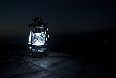Licht im Dunklen - p454m1185067 von Lubitz + Dorner