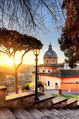 Italy, Rome, Colosseum and Roman Forum at sunrise - p651m2006198 by Maurizio Rellini