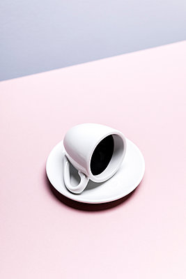 High angle view of a full espresso cup lying on its side - p1094m1467631 by Patrick Strattner
