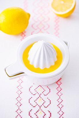 Zitronensaft pressen - p1149m1516052 von Yvonne Röder