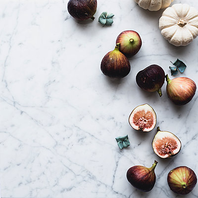 Overhead view of figs and pumpkins on table - p1166m1094887f by Miki Fujii