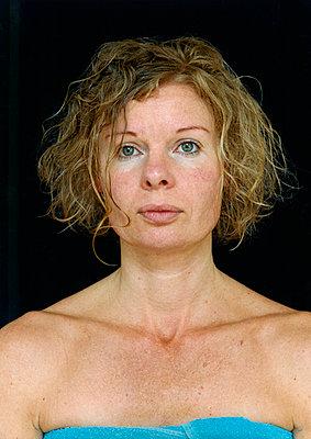 Frau in Handtuch gewickelt, Porträt - p1205m1019738 von Annet van der Voort