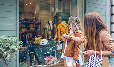 Two women looking at shop window of a boutique - p300m1189222 by David Pereiras