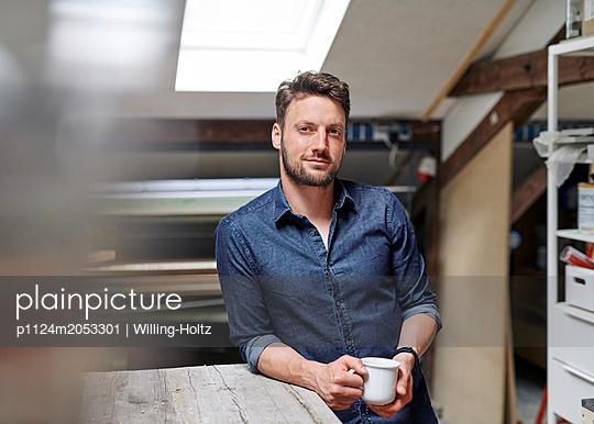 Craftsman having coffee break - p1124m2053301 by Willing-Holtz