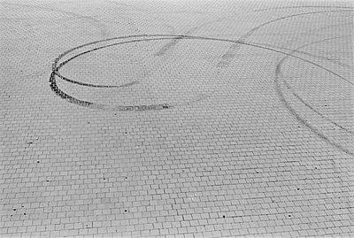 reifenspuren - p627m672212 by Jonas Maron