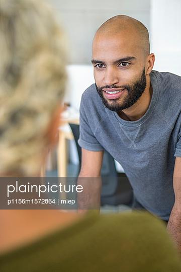 Junge Leute im Gespräch, Startup - p1156m1572864 von miep