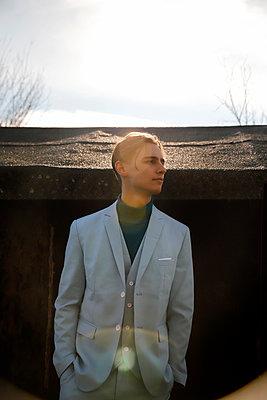 Young man wearing suit, portrait - p1105m2231723 by Virginie Plauchut