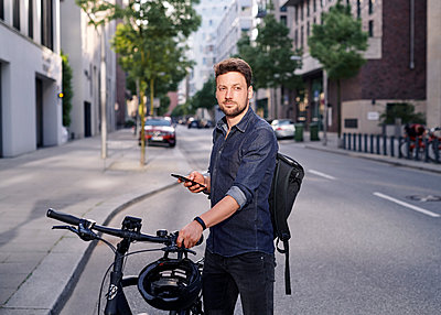 Bicycle courier using smartphone - p1124m2052996 by Willing-Holtz