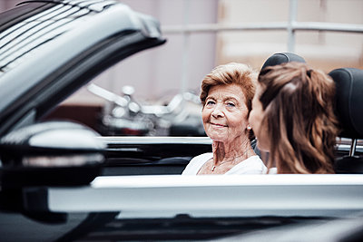 Senior woman with granddaughter sitting in car - p300m2274927 by Gustafsson