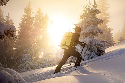 Man ski touring on snowy mountain during sunrise - p300m2275680 by Matthias Aletsee