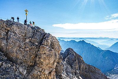 Deutschland, Bayern, Kletterer versammeln sich auf dem Zugspitzegipfel - p354m2231369 von Andreas Süss