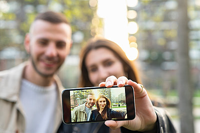 Young couple taking selfie with smartphone in city - p429m2127495 by Francesco Buttitta