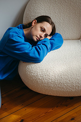 Traurige junge Frau - p432m2295261 von mia takahara