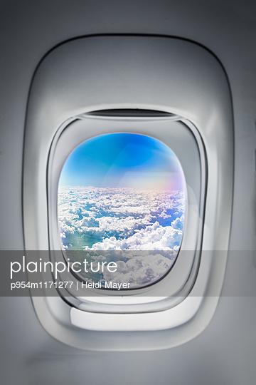 Flugzeug Fenster - p954m1171277 von Heidi Mayer
