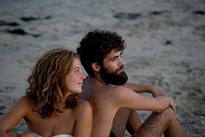 Junges Paar glücklich im Sand - p1212m1168774 von harry + lidy