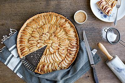 Cutting the apple pie - p1276m1200459 by LIQUID