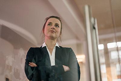 Junge Geschäftsfrau mit verschränkten Armen - p586m1451927 von Kniel Synnatzschke