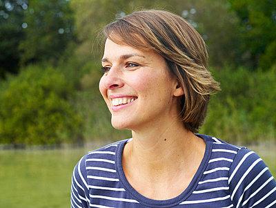 Portrait einer Frau an einem See  - p6430087 von senior images