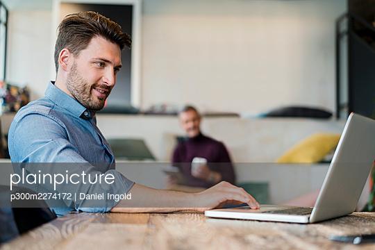 Deutschland, München, M51 und M33, Business, Coworking Space, Porträt - p300m2274172 von Daniel Ingold