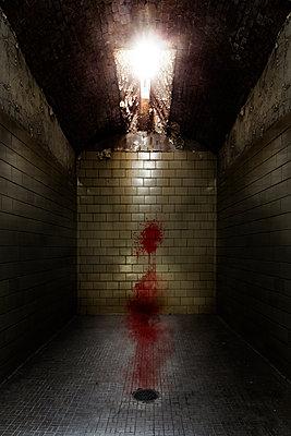 Geflieste Gefängniszelle mit Blut und Oberlicht - p1280m2244420 von Dave Wall