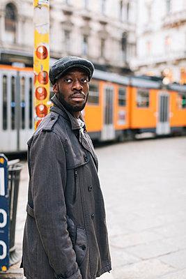 Portrait of stylish man in the city looking around - p300m1568261 von Mauro Grigollo