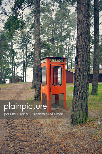 Sweden, Karlstad, Abandoned telephone booth in the woods - p300m2213672 by Biederbick&Rumpf