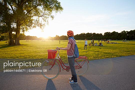 Sonnenuntergang im Park - p464m1445671 von Elektrons 08