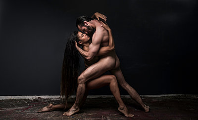 Dancing couple posing naked together - p1139m1503069 by Julien Benhamou