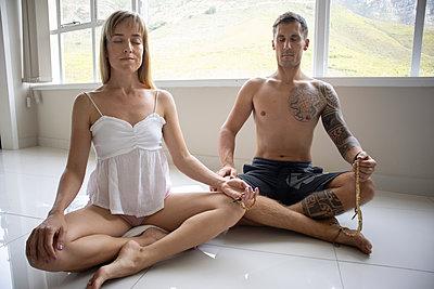 Paar macht zusammen Yoga - p1640m2259568 von Holly & John