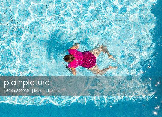 Nederland, Breda, Overhead view of woman in swimming pool - p924m2300851 by Mischa Keijser