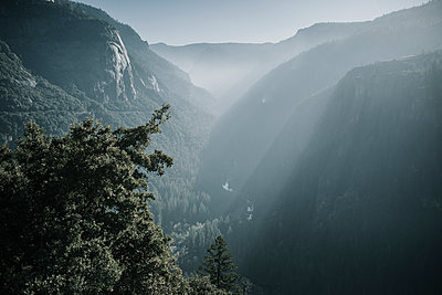Tranquil view of mountains during sunny day at Yosemite National Park - p1166m1543317 by Cavan Social
