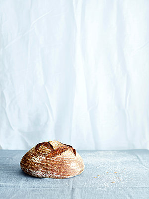 Sourdough loaf on tablecloth - p429m1417723 by Debby Lewis-Harrison