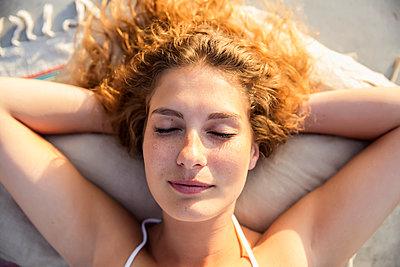 Junge Frau im Sommer - p788m1049990 von Lisa Krechting