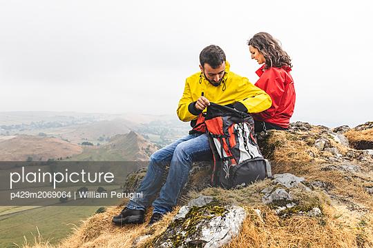 Hiker couple resting, Chrome Hill, Peak District, Derbyshire - p429m2069064 by William Perugini