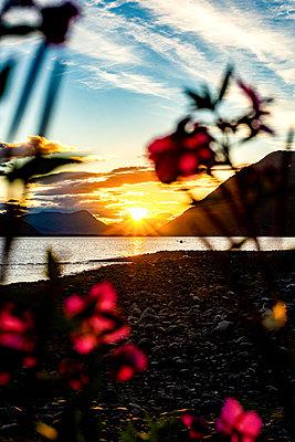 Alaska, Canoe auf einem See in den Bergen - p1455m2204505 by Ingmar Wein