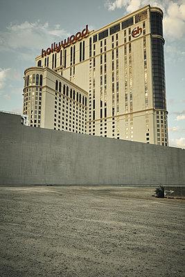 Ungewöhnliche Perspektive des Planet Hollywood Casino in Las Vegas - p1525m2099173 von Hergen Schimpf