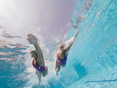 Two women swimming in a pool - p300m2132275 by Oscar Carrascosa Martinez