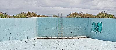 Empty swimmingpool - p342m1514870 by Thorsten Marquardt