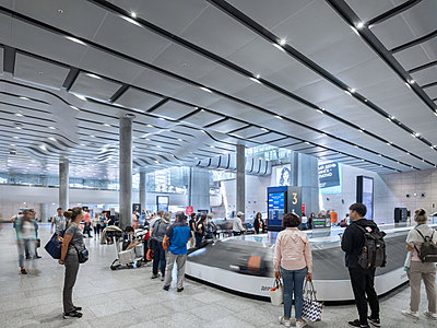 Baggage carousel and baggage claim in the airport - p390m2149782 by Frank Herfort