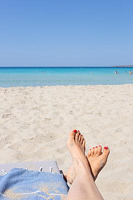 Relaxing on the beach - p454m2163840 by Lubitz + Dorner
