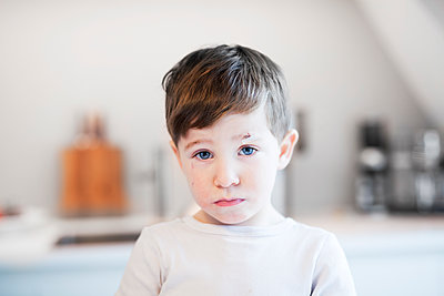 Portrait of brown-haired boy - p699m2007780 by Sonja Speck