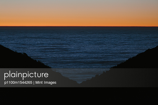 plainpicture | Photo library for authentic images - plainpicture p1100m1544265 - Seascape with ocean at dusk... - plainpicture/Mint Images