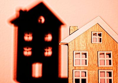 Haus mit Schatten - p1684m2280966 von Klaus Ohlenschlaeger