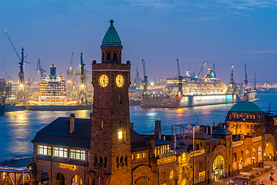 Germany, Hamburg, St. Pauli Landing stages, Gauge Tower, cruise ships at harbour, blue hour - p300m1536065 by Kerstin Bittner