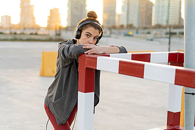Sportive young woman with headphones during workout - p300m2083081 von VITTA GALLERY