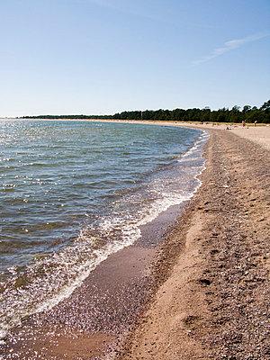 Beach - p3226276 by plainpicture